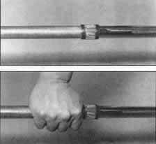 Два отрезка шланга, прикреплённые в нужных местах к грифу, позволяют Вам находить правильную позицию на грифе каждой рукой без необходимости смотреть вниз.